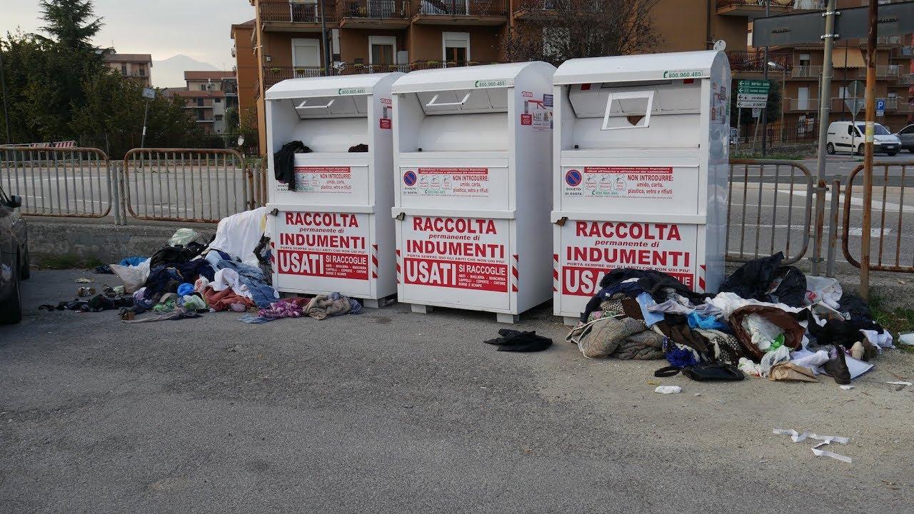 Atripalda (AV) - Tre extracomunitari mettono a soqquadro i contenitori degli indumenti usati.