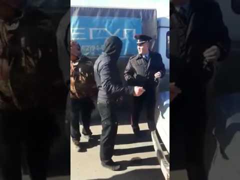 Новгород: рядом с бастующими дальнобойщиками устанавливают знак о запрете стоянки
