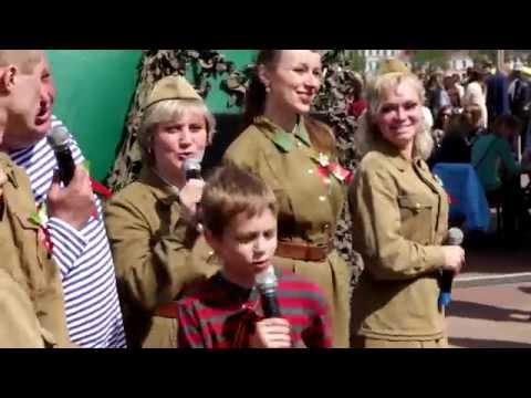 Śpiewy i tańce na imprezie w Dzień Zwycięstwa w Mińsku