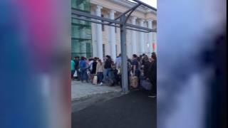 Опаздывающие на поезд застряли в очереди на вокзале