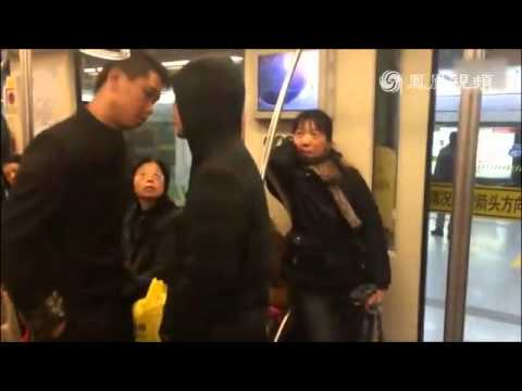 "Kung fu in real fight!!!!A Chinese man fights on subway in Tai chi/tai ji style.""太极高手""教你怎么放倒敌人!"