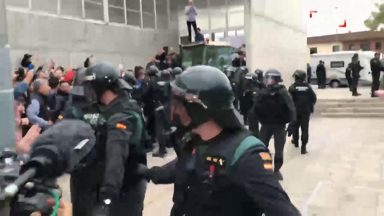 الشرطة الإسبانية تقتحم مراكز التصويت على انفصال كاتالونيا