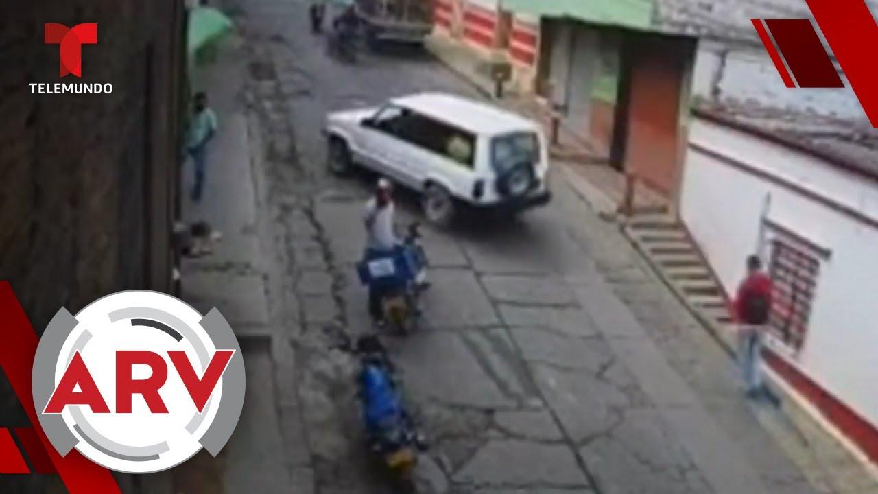 Una camioneta atropella a hombre hispano distraído con su celular | Al Rojo Vivo | Telemundo