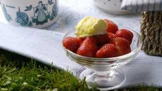 Strawberries and Rodda's Cornish clotted cream Thumbnail