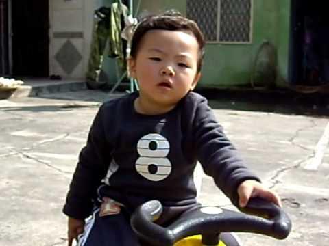 小肉球元旦玩扭扭車