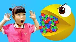 Yuni and Grandpa pretend play with with PACMAN 할아버지! 팩맨이 게임속에서 튀어나왔어요!   Nursery Rhymes & Kids Songs