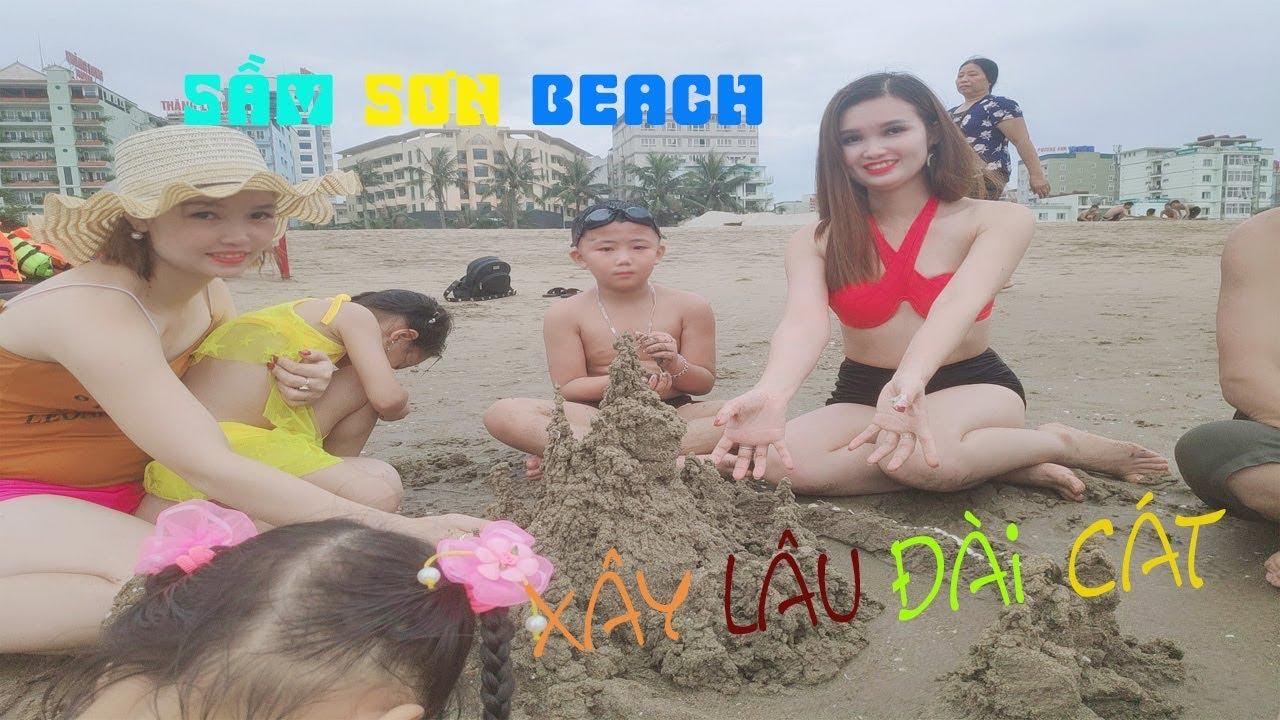 Bãi biển Sầm Sơn Thanh Hoá 2019   Trò chơi xây lâu đài cát 💖 Ngân Na TV 💜