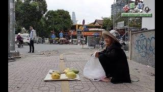 Bà cụ 83 tuổi bán 5 trái xoài, 3 con khô ngồi năn nỉ cả ngày vẫn không ai mua