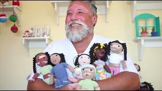 «Надо подружиться со своей болезнью»: бразилец вяжет кукол в поддержку людей с витилиго