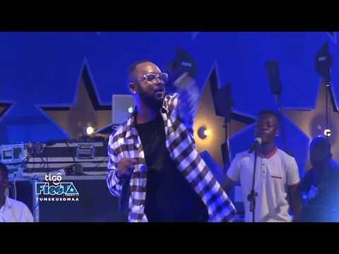 Mr Blue akiperform ngoma ya Siwezi kwenye Jukwaa la Fiesta