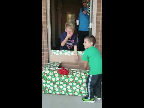 La emotiva reacción de este niño al ver como su regalo de Navidad era un cachorro