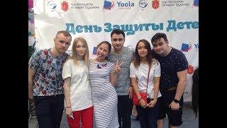 Блогеры отвечают на вопросы на сцене в Одессе на Дерибасовской