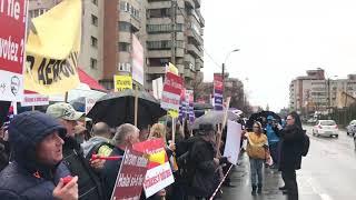 Protest angajati Aeroport Cluj. Replica cu banner si boxa de la Consiliul Judetean