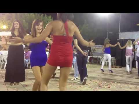 İki Mini Etekli Kızdan Süper Dans Show