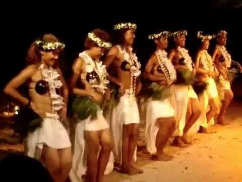 Beautiful fiji girls dancing - Great tradicional dance performance 1/2