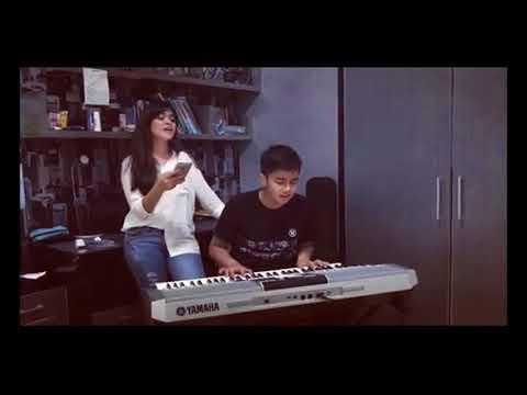 Umay Shahab dan Vebby Palwinta Sedang Nyanyi Bersama