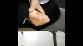 生物の授業中に先生から借りた色鉛筆を先生の目の前で折りました。