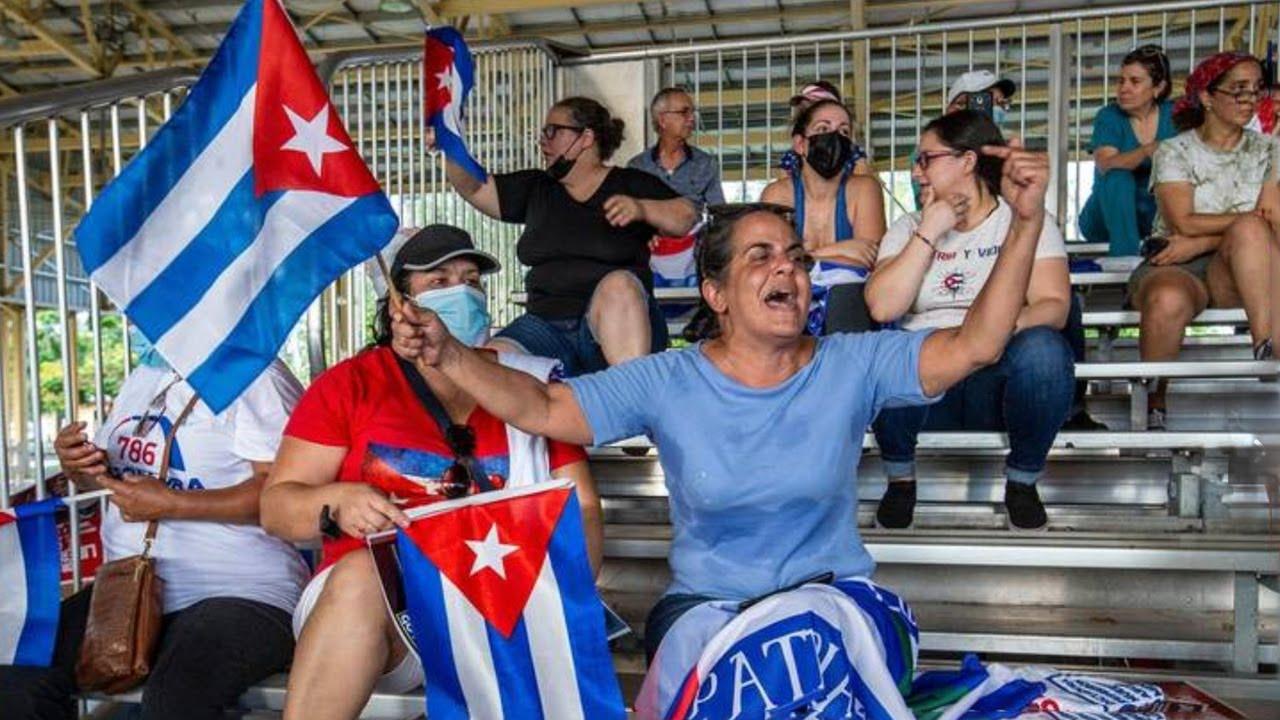 Amaury Gutiérrez asiste a una manifestación en el Parque Tropical en apoyo a manifestantes en Cuba