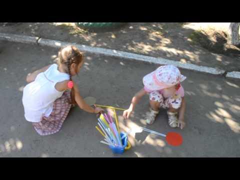 Игры детей с песком в летний период в детском саду