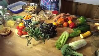 Ma super salade ces jours-ci (comporte entre 14 et 20 légumes différents : laitue, roquette, épinards, pour le chou-chou rave-céleri rave-carotte mauve-chou ...