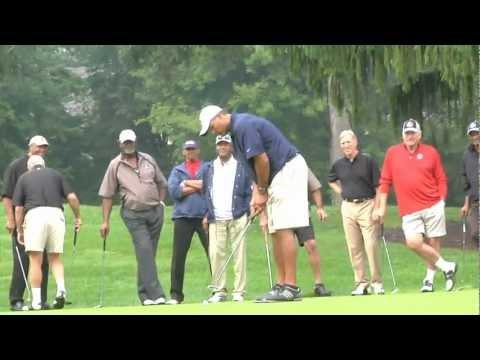 Anthony Muñoz drains the long putt