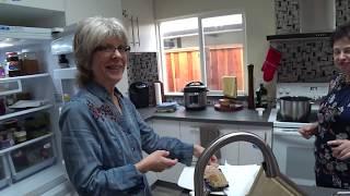 США 5536:  Светлана и Джони готовят обед - обмен опытом на кухне - на английском