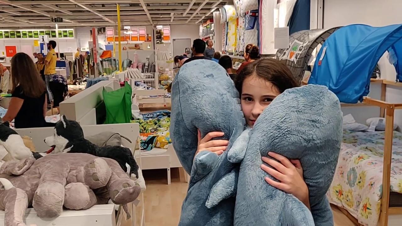 Акула из Икеи - сложный выбор, мама ругает дочь, такой вот ...