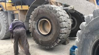 タイヤ交換 CAT 972K