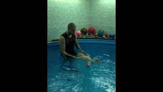 Грудничковое плавание в бассейне. Ребенок плывет сам!