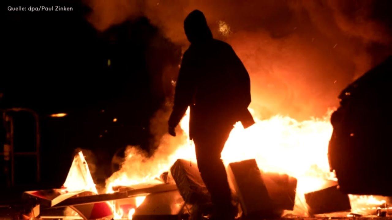 BERLIN: Rigaer Straße - Brennende Mülltonnen, Steinwürfe gegen Polizisten