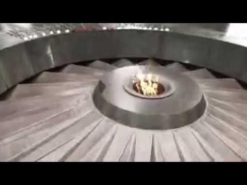 Турок поет у Памятника жертвам Геноцида в Ереване