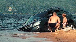 Lexus тонет в озере