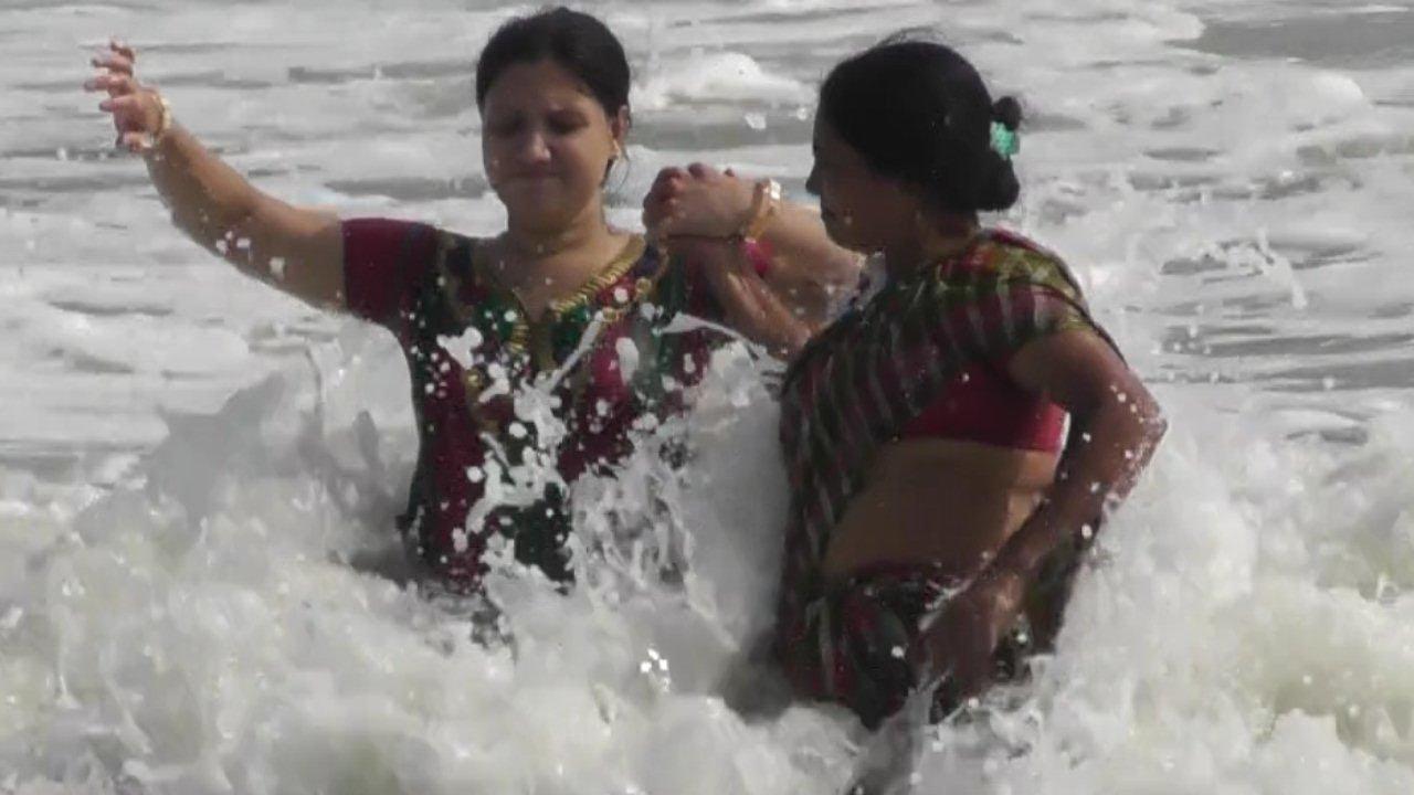Beautiful Tourist enjoying sea baths in Digha Sea Beach ...