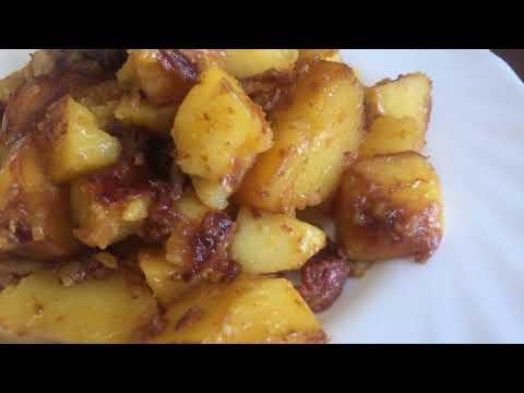 Как тушить картошку с тушенкой на сковороде