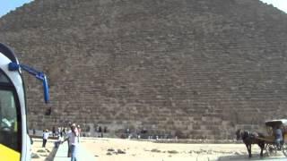 Пирамиды Хеопса - наши дни - автобусы и туристы.(Пирамиды Хеопса - наши дни - автобусы и туристы. Это видео создано с помощью видеоредактора YouTube (http://www.youtube.co..., 2014-07-25T07:08:28.000Z)