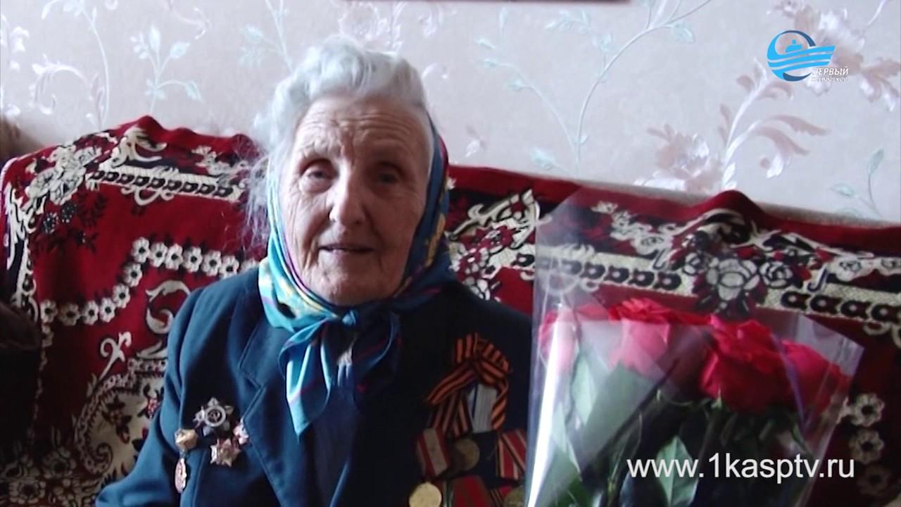 Глава Каспийска Магомед Абдулаев поздравил женщин ветеранов ВОВ с международным женским днем 8 марта