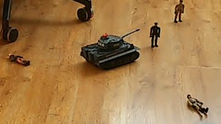 Танк на пульте видео(Танк Тигр на пульте управления давит солдатиков., 2016-03-28T18:54:58.000Z)
