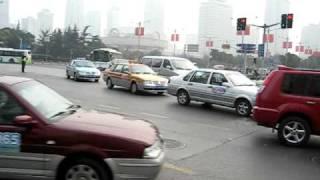 上海の人民広場の前の交差点です。相変わらず人が多い。 でも改めてみる...