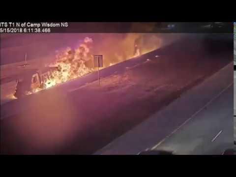 بي_بي_سي_ترندينغ: شاحنة تتحول إلى كتلة لهب في اصطدام مروع على طريق سريع في تكساس  - نشر قبل 31 دقيقة