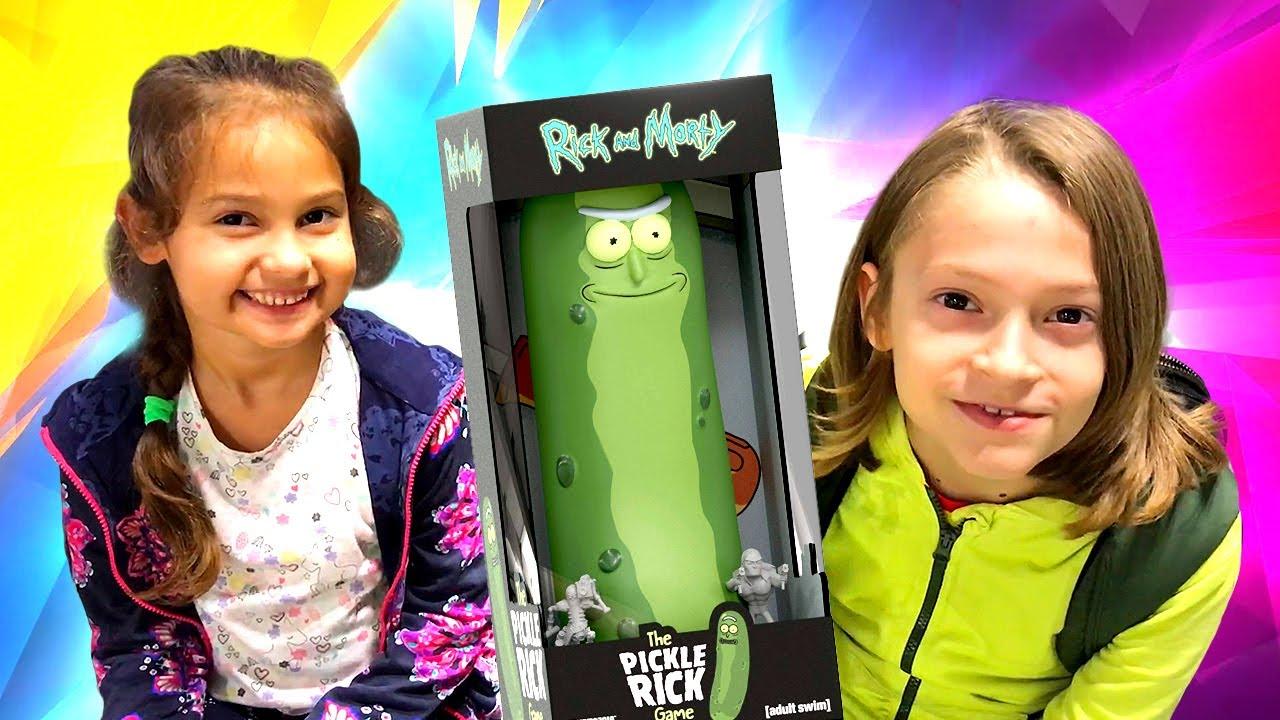 """Selín compra """"The Pickle Rick Game"""" para su hermano. Vídeos de niños. Los mejores juguetes"""