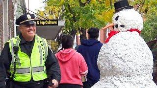 Hombre De Nieve Trata De No Reír Policia