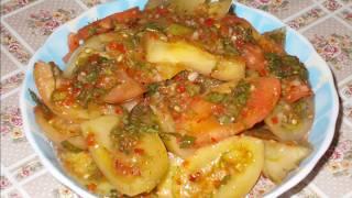 острый салат из зеленых и бурых помидор