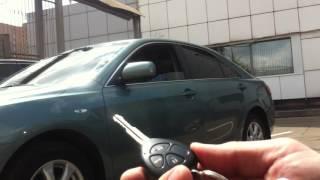 видео: Автоматическое складывание зеркал на Toyota Camry  с ключа