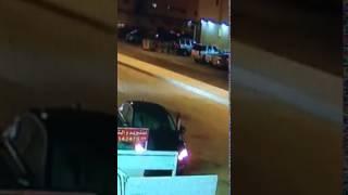 """""""فيديو"""" شاهد لص يسرق سيارة مواطن أثناء نزوله لمتجر بالرياض"""