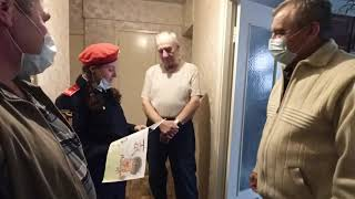 Кадеты, 5ПСЧ и ветераны МЧС поздравили пожилых пенсионеров с праздником.