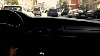 Опытная девушка гоняет по городу на BMW
