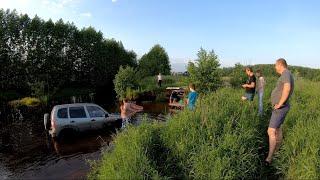 Люди топят свои автомобили, объезд пробки Нижний Новгород-Бор. Преодоление брода 2.