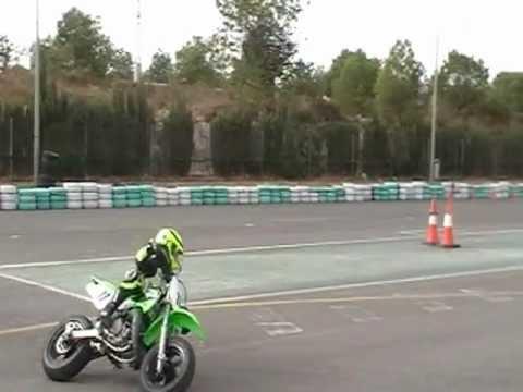 Entrenamiento de derrapaje en ksb sport Valencia con la kawa 65cc, piloto de 8 años.MOD
