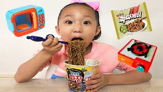 johny johny yes papa / eating pororo noodles secretly / nursery rhymes & baby songs아빠 몰래 짜장면 먹기 놀이