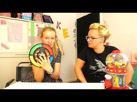 Simon SWIPE | Kathi & Eva probieren das lustige Partyspiel aus | mit Jelly Beans Strafte | Fun Game